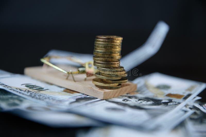 En bunt av euromynt på en råttfälla fotografering för bildbyråer