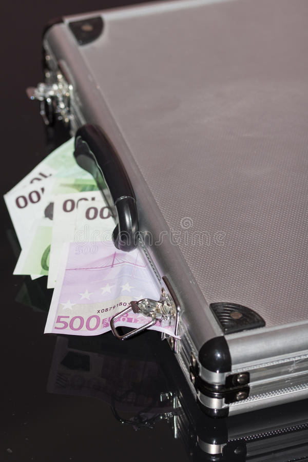 En bunt av eurosedlar med en gummiband royaltyfri foto