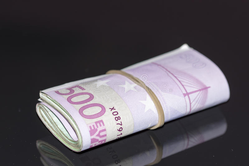 En bunt av eurosedlar med en gummiband royaltyfri fotografi