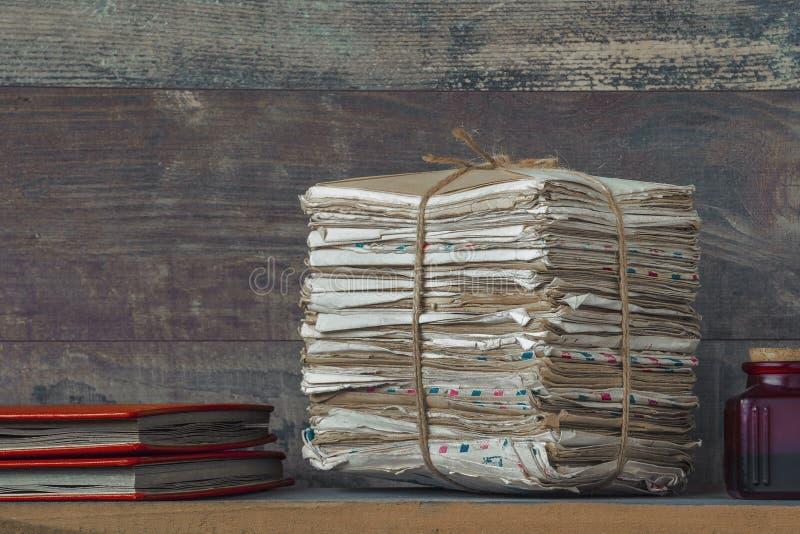 En bunt av gamla bokstäver och fotoalbum arkivbilder