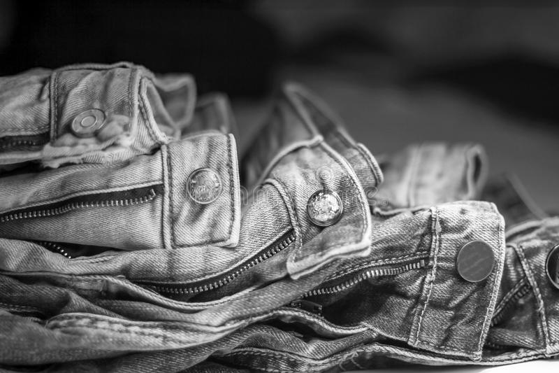 En bunt av jeans av olika skuggor som ligger på de royaltyfri fotografi