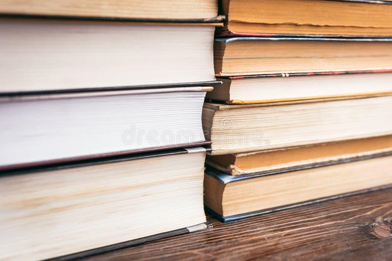 En bunt av läroböcker, förberedelse för examina arkivfoton