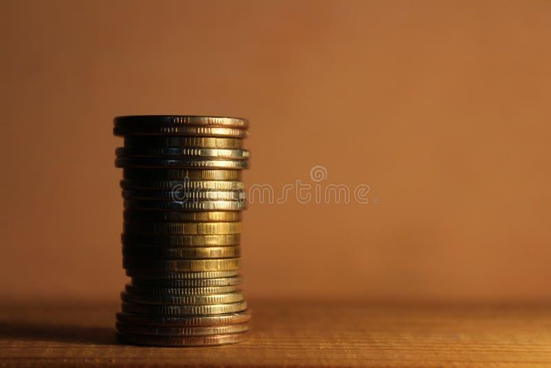 En bunt av mynt p? en tr?hylla fotografering för bildbyråer