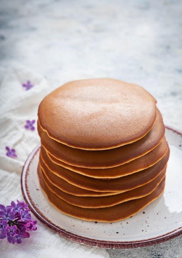 En bunt av pannkakor på en platta, frukost arkivfoton