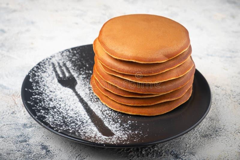 En bunt av pannkakor på en platta, frukost arkivfoto
