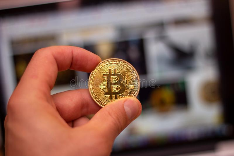 En bunt av silverbitcoinmyntet på ett silvertangentbord av bärbara datorn Faktiskt cryptocurrencybegrepp Bryta av bitcoins direkt royaltyfria bilder