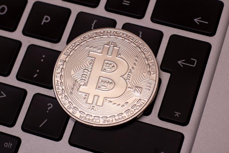 En bunt av silverbitcoinmyntet på ett silvertangentbord av bärbara datorn Faktiskt cryptocurrencybegrepp Bryta av bitcoins direkt royaltyfri bild