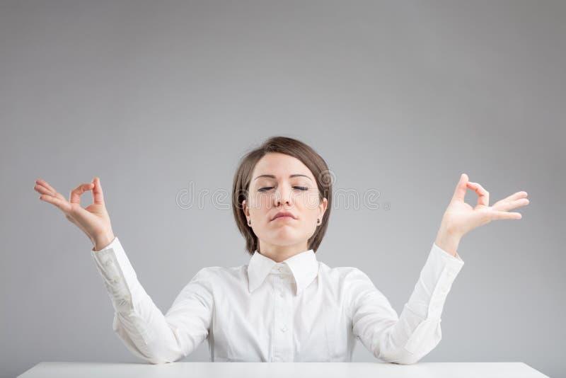 En bureau zen vrouw die ontspannen mediteren royalty-vrije stock afbeelding