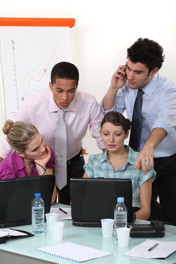 En businessteam på arbete. royaltyfria bilder