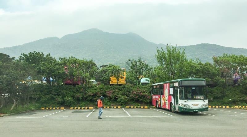 En buss på parkeringsplatsen i Yang Ming Shan Park, Taiwan royaltyfri fotografi