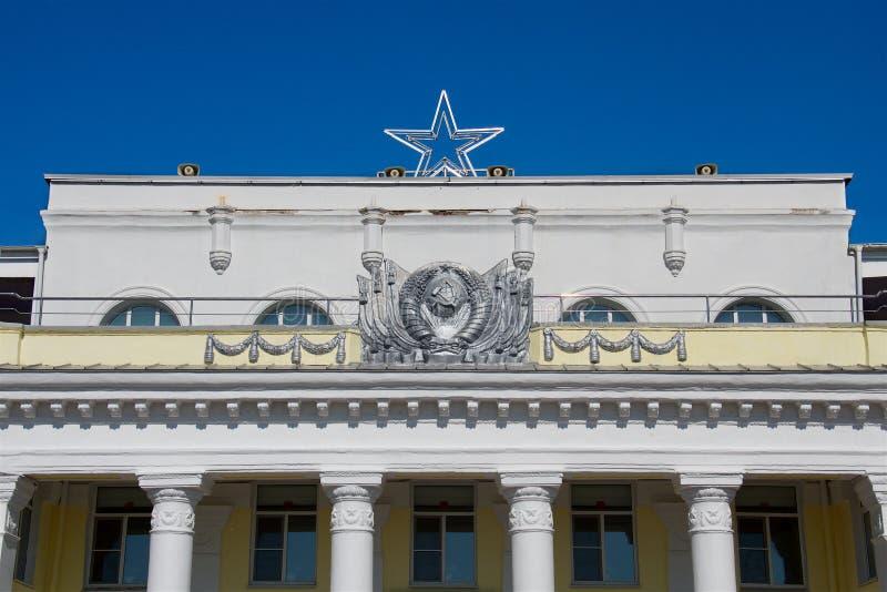 En byggnad med sovjetisk arkitektur och sovjetiska attribut royaltyfria bilder