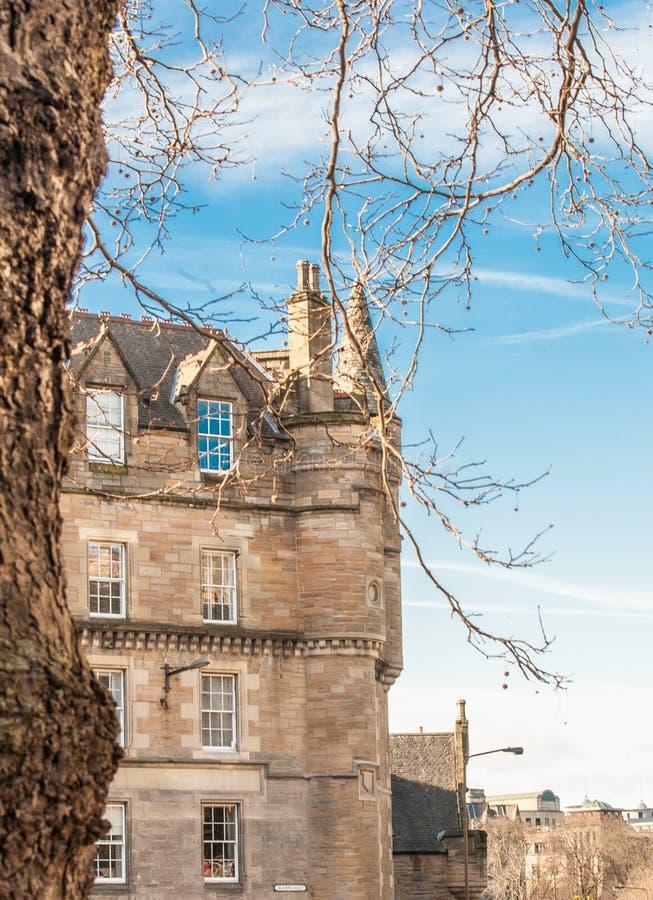En byggnad på den Grassmarket gatan, Edinburg Skottland tände vid wint arkivfoto