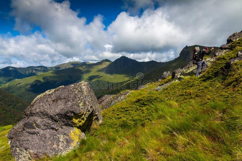 En caminar de la montaña imagen de archivo libre de regalías