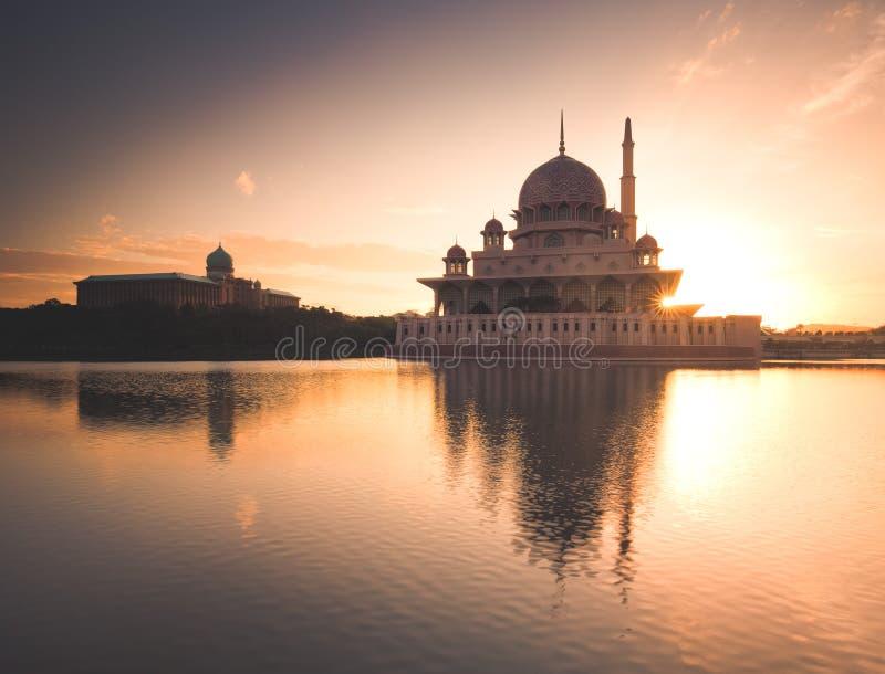 En capturant le moment comme soleil levez-vous derrière la mosquée image stock