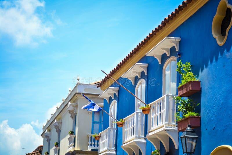 En Cartagena Colombia för Antiguafachadakoloniinvånare royaltyfria bilder
