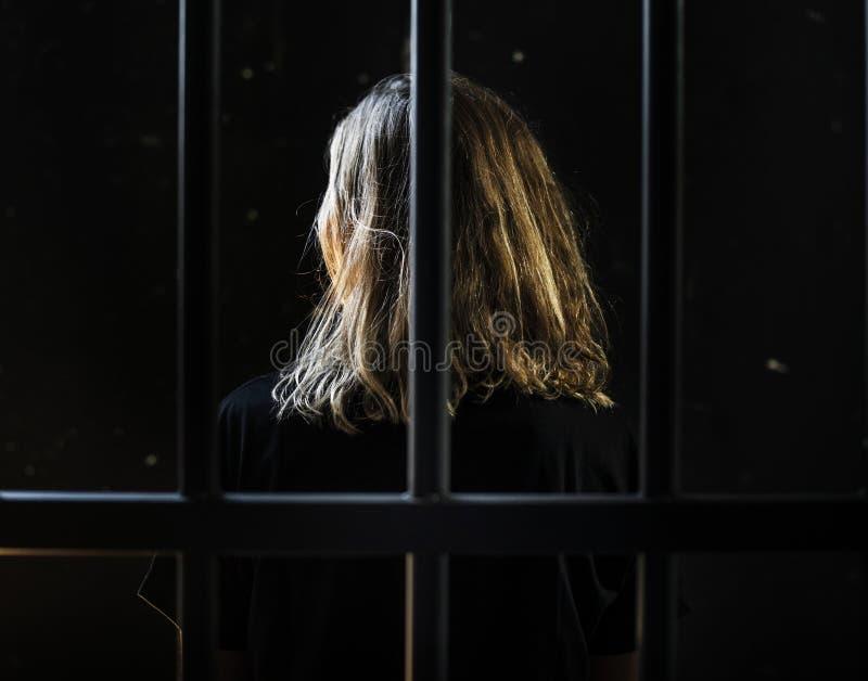 En Caucasian kvinna fick låst upp i cellen royaltyfria foton