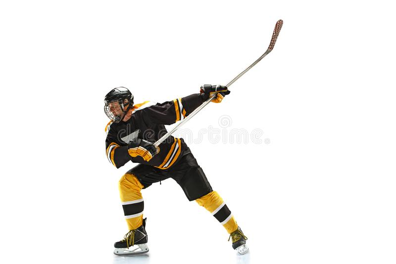 En caucasian manhockeyspelare i studiokonturn som isoleras på vit bakgrund royaltyfri foto