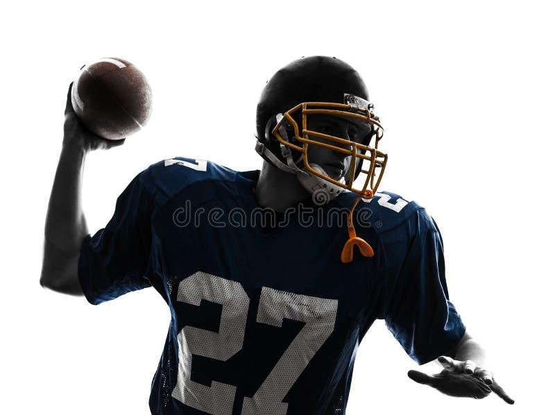 Quarterbackamerikan som kastar fotbollsspelaremansilhouetten fotografering för bildbyråer