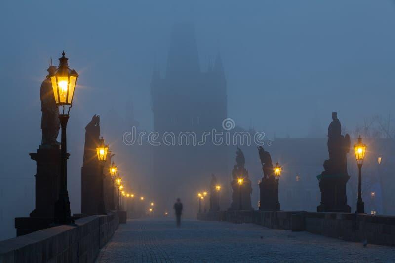 En Charles Bridge famoso en la niebla de la mañana fotografía de archivo libre de regalías