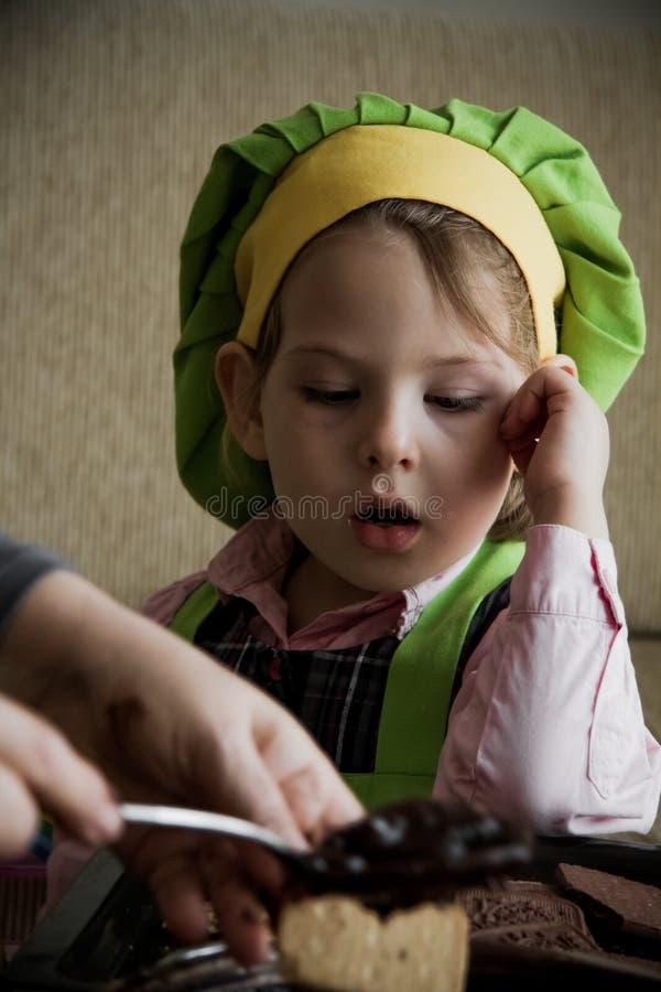En Chef-kok die van het kind voorbereidingen treffen de eten royalty-vrije stock afbeelding