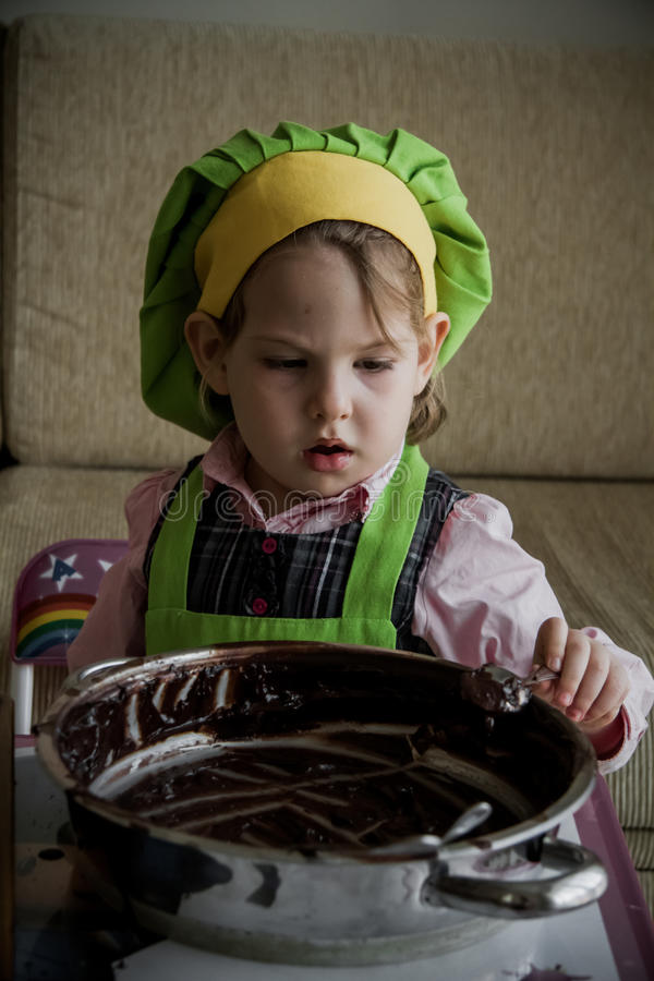 En Chef-kok die van het kind voorbereidingen treffen de eten royalty-vrije stock foto's