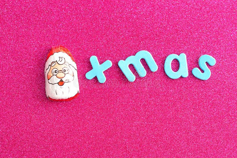 En choklad som täckas med Santa Claus, vänder mot omslaget med ordxmasen royaltyfria foton