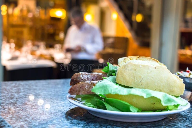 En choripan smörgås i Montevideo arkivbild