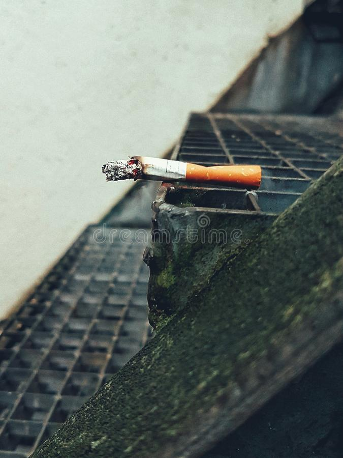 En cigarett på momenten arkivfoto