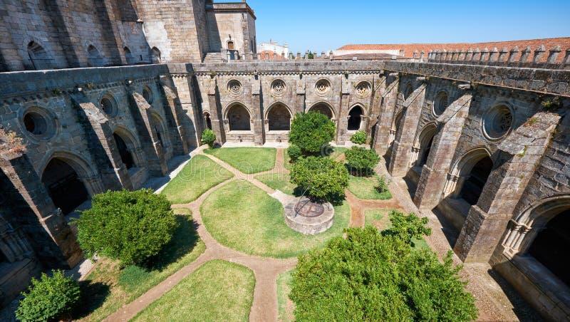 En circumjacent kloster den inre borggården av domkyrkan (Se) av Evora portugal arkivbilder