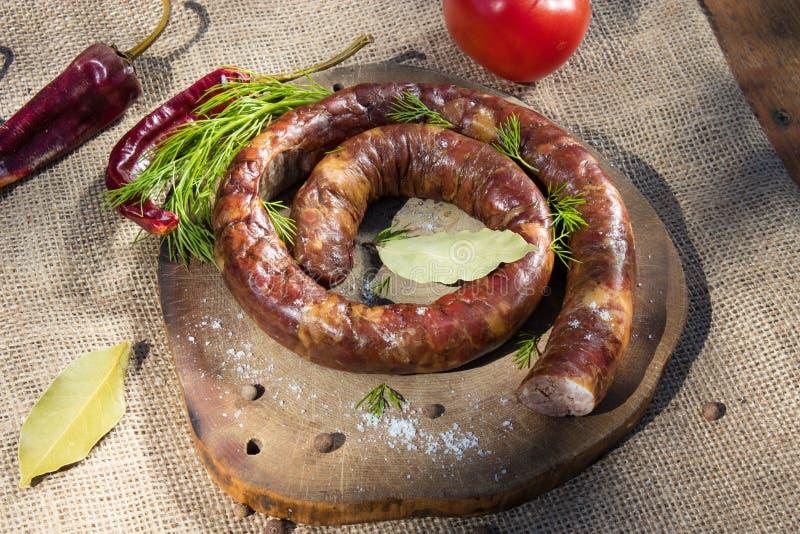 En cirkel av den lagade mat korven på gallret royaltyfri bild
