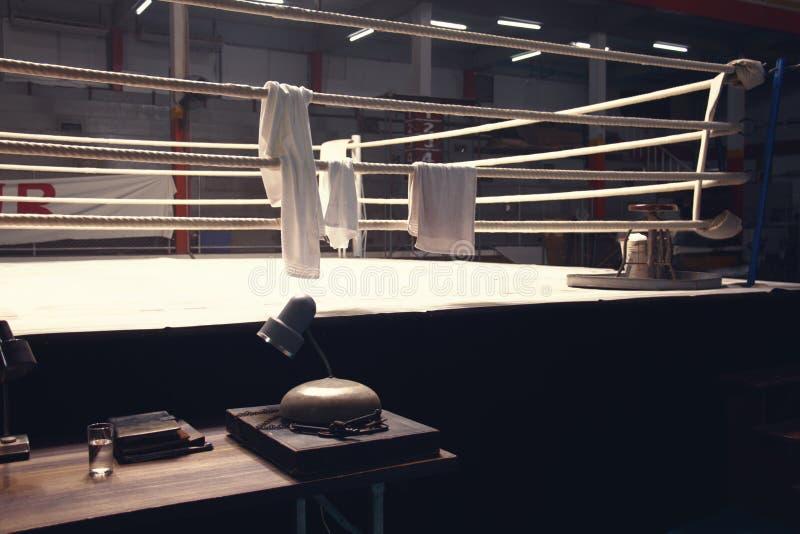 En cirkelklocka på sidan av boxningsringen royaltyfri bild