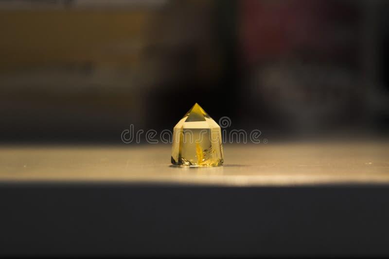 En citrine kristallprofil med guld- kulöra medräknanden inom royaltyfria bilder