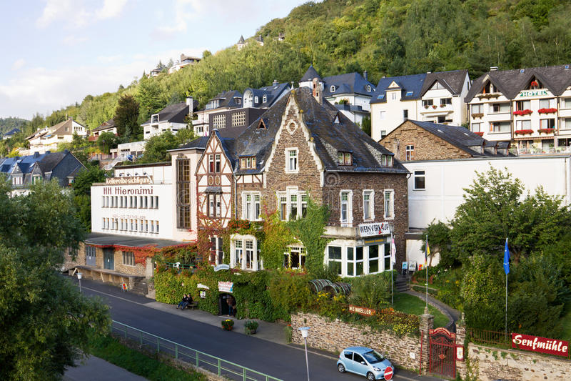 En cityscape av den Cochem staden i Tyskland royaltyfri bild