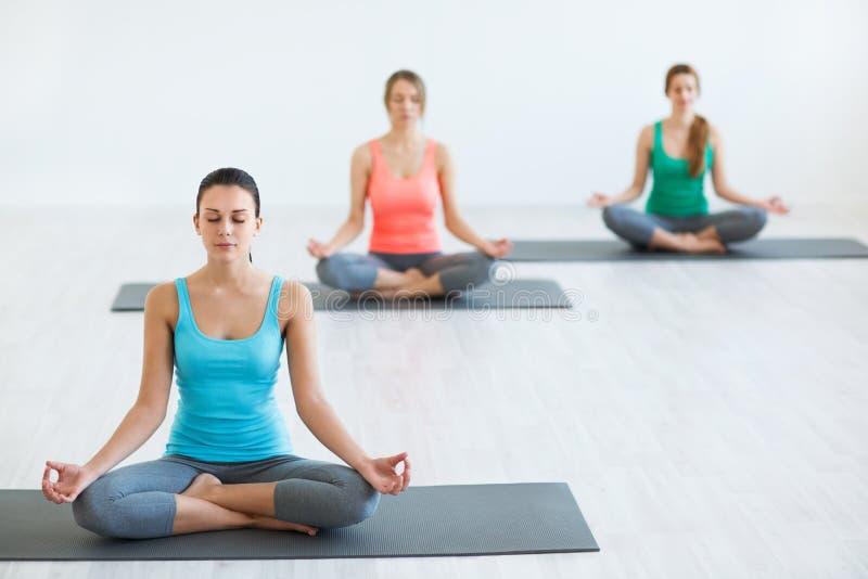 En clases de la yoga imagen de archivo