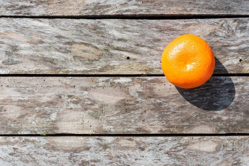 En clementine på en trätabell arkivfoto