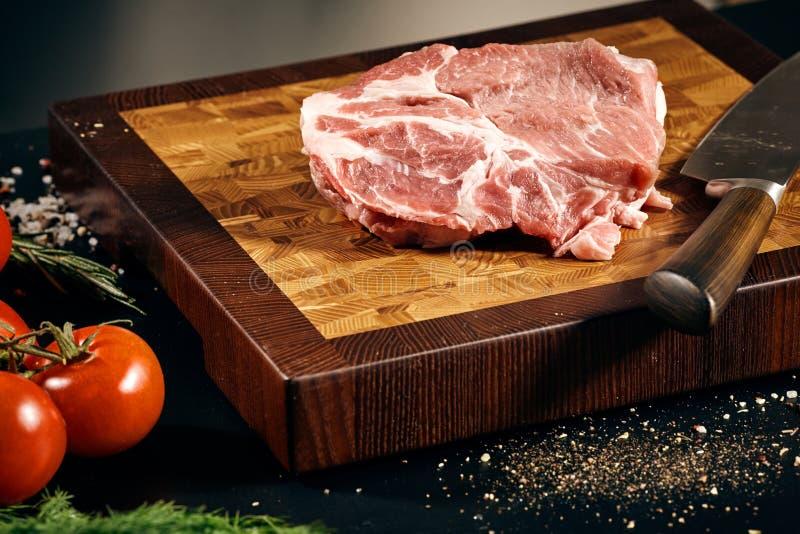 En closeup av ett stycke av rått kött och en kniv fotografering för bildbyråer