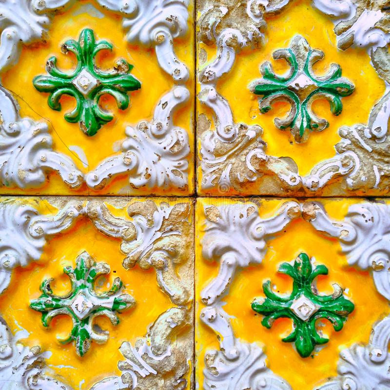 En closeup av ljusa färgglade portugisiska tegelplattor med att smula emalj arkivfoton