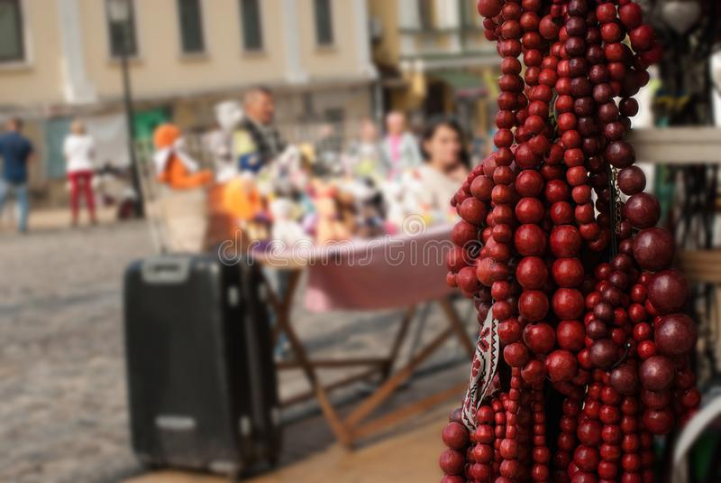 En closeup av ukrainska nationella smycken - den röda trähalsbandet royaltyfria foton