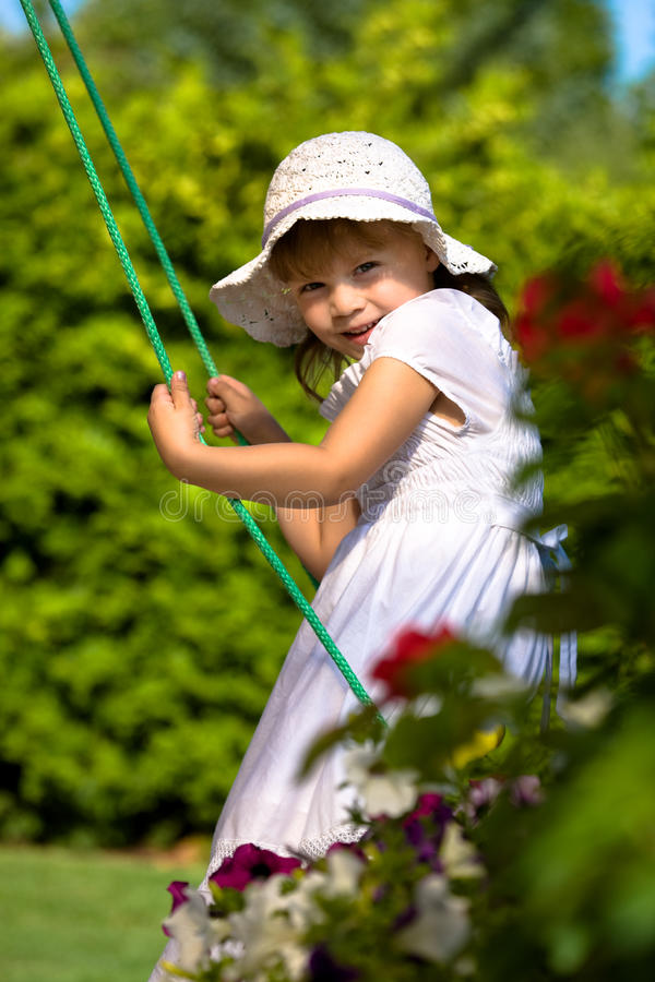 En closeupstående av en ung flicka på en swing royaltyfria foton