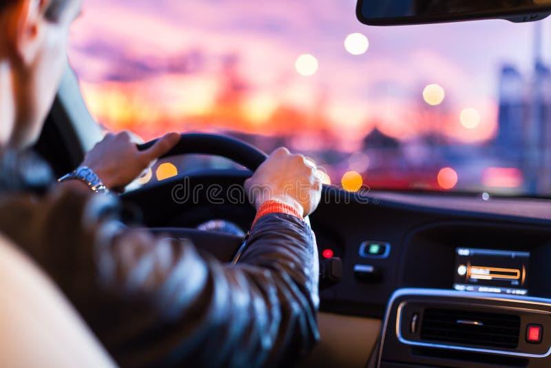 Conduire une voiture la nuit image stock
