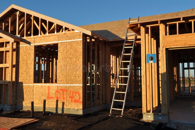 En construction à la maison neuf avec l'échelle images stock