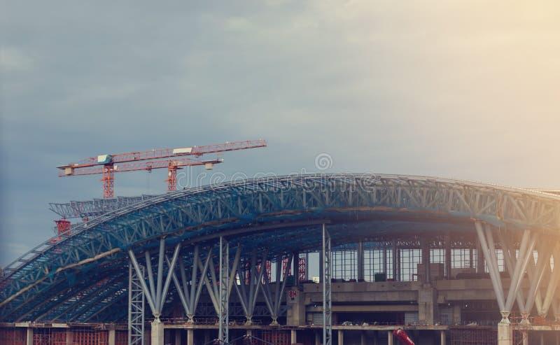 En construction en métal de cadre des bâtiments en acier dehors images libres de droits