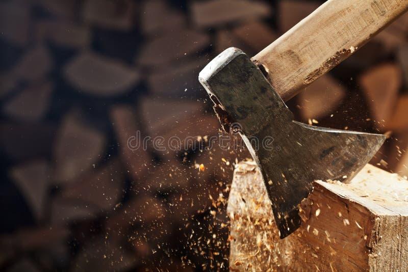 En coupant le bois avec la hache - plan rapproché sur piloter les puces en bois - copiez s photographie stock