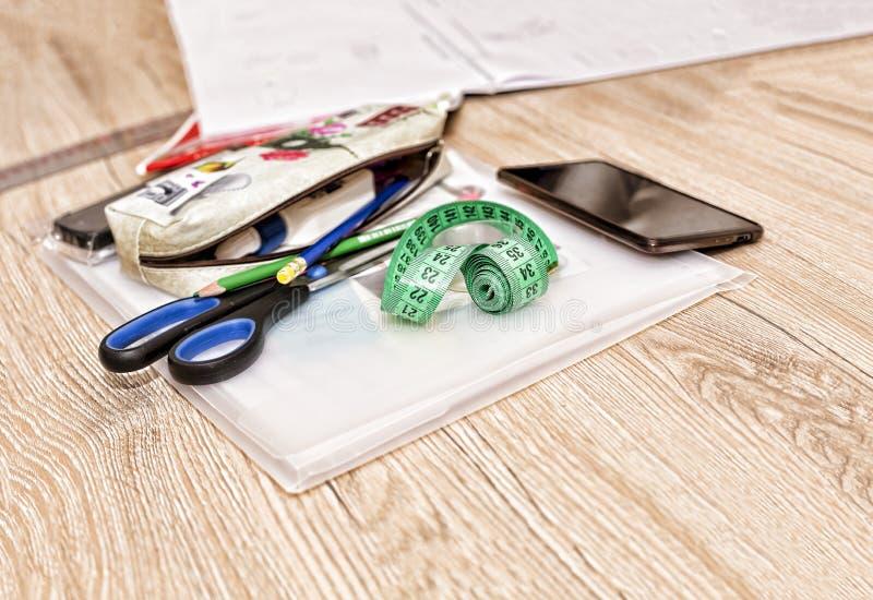 En cousant l'atelier, coupez la table, couturière, modèles, dessins, image stock