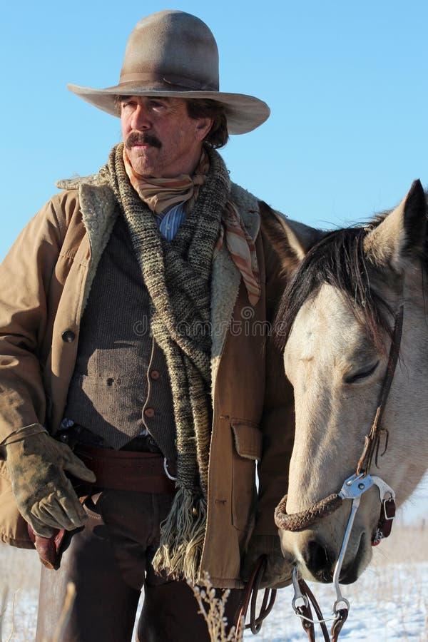 En cowboy och hans häst fotografering för bildbyråer