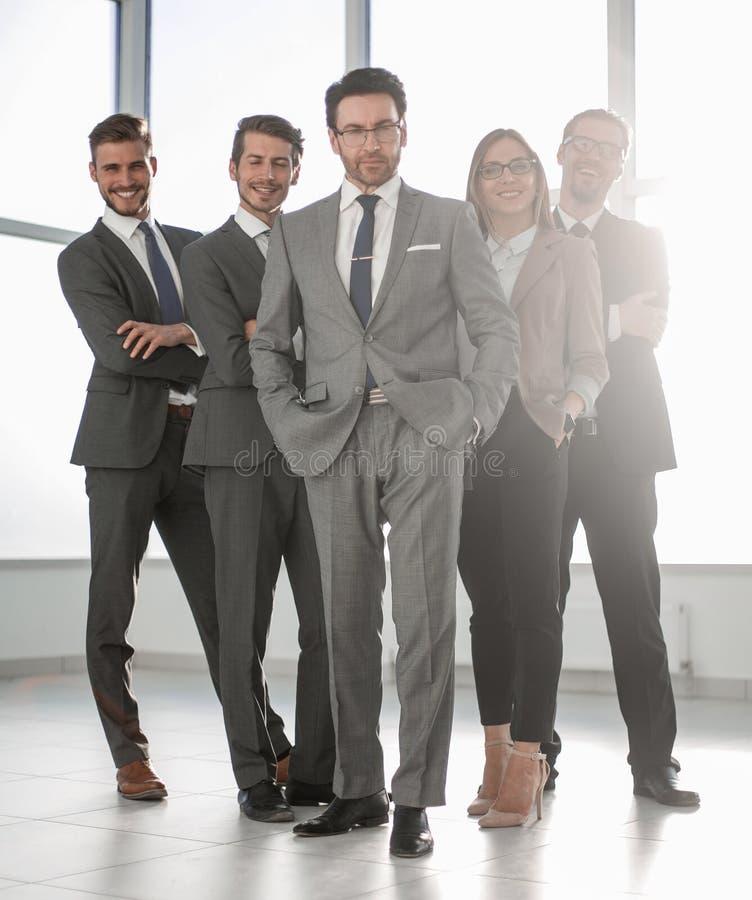 En crecimiento completo, grupo de hombres de negocios feliz imágenes de archivo libres de regalías