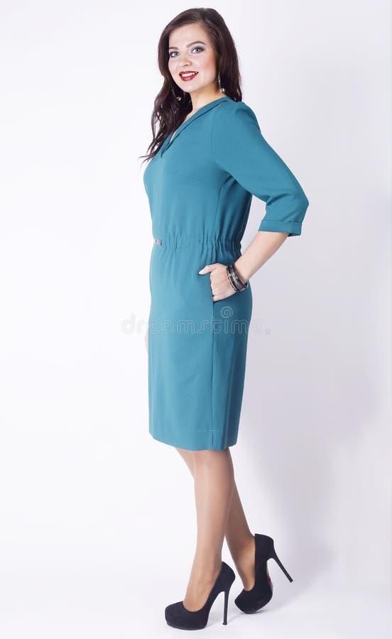En crecimiento completo modelo femenino del negocio en un vestido elegante de la turquesa Tamaño extra grande Aislado en el fondo foto de archivo libre de regalías