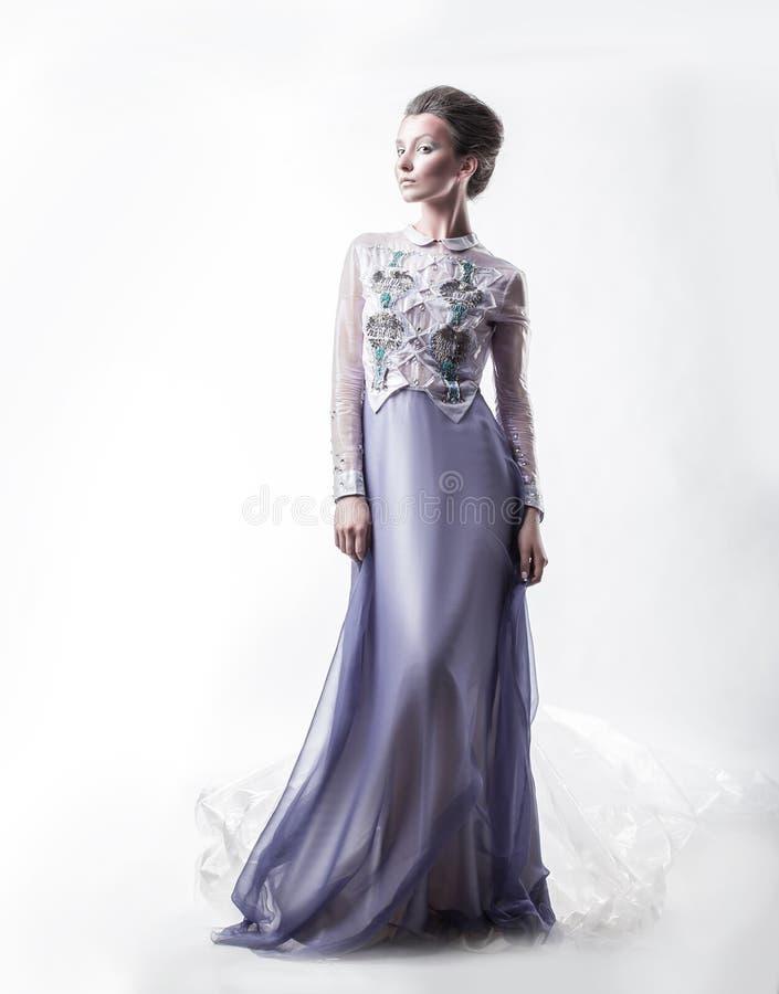 En crecimiento completo mujer joven atractiva que presenta en un vestido de noche de moda fotografía de archivo libre de regalías