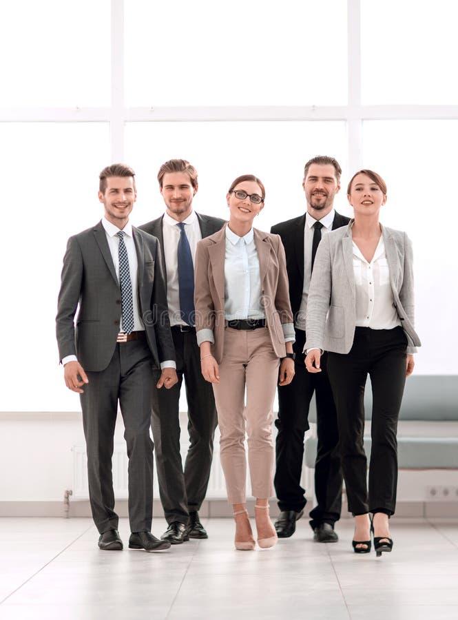En crecimiento completo Un grupo de hombres de negocios acertados fotos de archivo