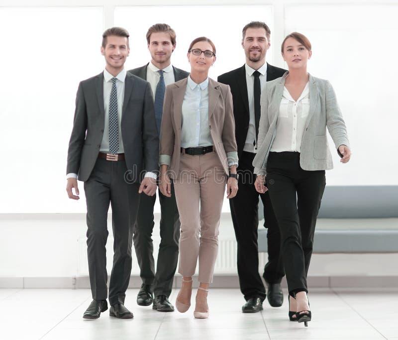 En crecimiento completo Un grupo de hombres de negocios acertados foto de archivo